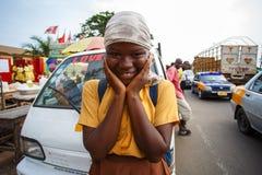 στις 18 Μαρτίου ¿ ½ της ΑΚΡΑ, ΓΚΑΝΑ ï: Το μη αναγνωρισμένο αφρικανικό παιδί σπουδαστών χαιρετά Στοκ Φωτογραφίες
