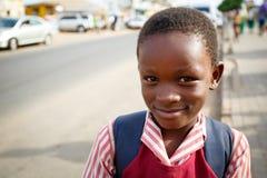 στις 18 Μαρτίου ¿ ½ της ΑΚΡΑ, ΓΚΑΝΑ ï: Το μη αναγνωρισμένο αφρικανικό παιδί σπουδαστών χαιρετά Στοκ Εικόνες