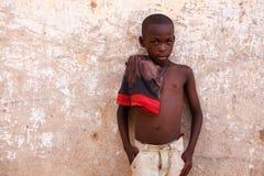 στις 18 Μαρτίου ¿ ½ της ΑΚΡΑ, ΓΚΑΝΑ ï: Το μη αναγνωρισμένο νέο αφρικανικό αγόρι θέτει τα WI Στοκ Εικόνες