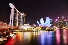 στις 19 Μαρτίου του 2019, Σιγκαπούρη - τοπίο νύχτας εικονικής παράστασης πόλης ζωηρόχρωμου τα κτήρια μέσα κεντρικός στοκ εικόνες