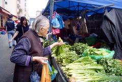 Shenzhen Κίνα: η ηλικιωμένη γυναίκα αγόραζε τα λαχανικά Στοκ εικόνες με δικαίωμα ελεύθερης χρήσης