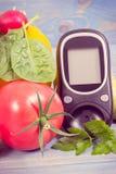 Στις 14 Νοεμβρίου ημερομηνίας, μετρητής γλυκόζης για το επίπεδο και τα λαχανικά ζάχαρης, ημέρα παγκόσμιου διαβήτη και έννοια ασθε Στοκ Φωτογραφίες