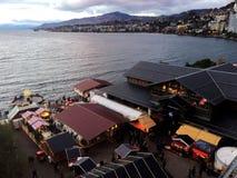 2017 στις 24 Νοεμβρίου Μοντρέ Ελβετός - εναέρια άποψη της αγοράς Χριστουγέννων και της παλαιάς πόλης στο Μοντρέ, Ελβετία Στοκ εικόνα με δικαίωμα ελεύθερης χρήσης