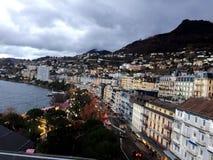 2017 στις 24 Νοεμβρίου Μοντρέ Ελβετός - εναέρια άποψη της αγοράς Χριστουγέννων και της παλαιάς πόλης στο Μοντρέ, Ελβετία Στοκ Φωτογραφία