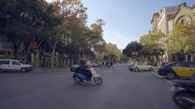 Στις οδούς της Βαρκελώνης, διαγώνια λεωφόρος στην περιοχή Eixample Ισπανία απόθεμα βίντεο
