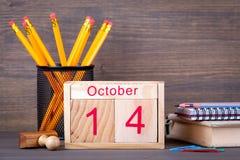 Στις 14 Οκτωβρίου ξύλινο ημερολόγιο κινηματογραφήσεων σε πρώτο πλάνο Χρονικός προγραμματισμός και επιχειρησιακό υπόβαθρο Στοκ εικόνα με δικαίωμα ελεύθερης χρήσης
