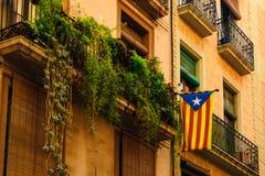 Στις 5 Σεπτεμβρίου της Βαρκελώνης, Ισπανία: Η καταλανική σημαία κλείνει το τηλέφωνο στο μπαλκόνι στοκ φωτογραφία