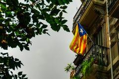 Στις 5 Σεπτεμβρίου της Βαρκελώνης, Ισπανία: Η καταλανική σημαία κλείνει το τηλέφωνο στο μπαλκόνι στοκ εικόνα με δικαίωμα ελεύθερης χρήσης