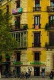Στις 5 Σεπτεμβρίου της Βαρκελώνης, Ισπανία: Οι καταλανικές σημαίες κλείνουν το τηλέφωνο στο μπαλκόνι στοκ φωτογραφία με δικαίωμα ελεύθερης χρήσης