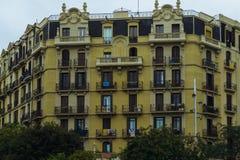 Στις 5 Σεπτεμβρίου της Βαρκελώνης, Ισπανία: Οι καταλανικές σημαίες κλείνουν το τηλέφωνο στα μπαλκόνια στοκ εικόνες