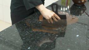 Στις συμπεριφορές επιτραπέζιων ζαχαροπλαστών που μετριάζουν τη σοκολάτα με spatula φιλμ μικρού μήκους