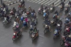 ΣΤΙΣ 11 ΟΚΤΩΒΡΊΟΥ ΤΗΣ ΜΠΑΝΓΚΟΚ, ΤΑΪΛΑΝΔΗ: Οι μοτοσυκλετιστές περιμένουν στους φωτεινούς σηματοδότες Στοκ Εικόνες
