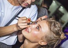 Στιλίστας makeup που διαμορφώνει στη εμπορική έκθεση και την έκθεση photofurum Στοκ εικόνες με δικαίωμα ελεύθερης χρήσης