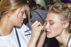 Στιλίστας makeup που διαμορφώνει στη εμπορική έκθεση και την έκθεση photofurum Στοκ φωτογραφία με δικαίωμα ελεύθερης χρήσης