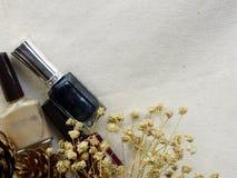 Στιλβωτική ουσία καρφιών μπουκαλιών στη τοπ άποψη υποβάθρου υφάσματος Στοκ φωτογραφία με δικαίωμα ελεύθερης χρήσης
