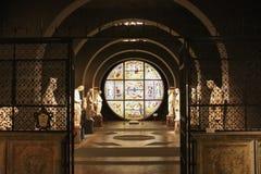 Στοά και λεκιασμένο παράθυρο Duccio Di buoninsegna αγαλμάτων γυαλιού Εσωτερικό του μητροπολιτικού καθεδρικού ναού της Σάντα Μαρία Στοκ Φωτογραφία