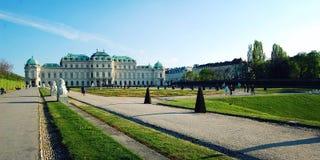 Στοά και κήπος πανοραμικών πυργίσκων στη Βιέννη ηλικίας φωτογραφία Στοκ Εικόνα