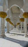 Στοά στο μεγάλο Sheikh μουσουλμανικών τεμενών Al Zayed στο Αμπού Ντάμπι Στοκ φωτογραφία με δικαίωμα ελεύθερης χρήσης