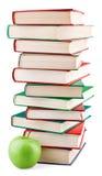 Στοίβα βιβλίων και πράσινο μήλο Στοκ Φωτογραφίες
