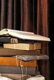 στοίβα δώρων βιβλίων στοκ εικόνα