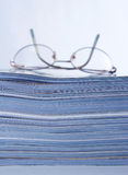 στοίβα περιοδικών γυαλιών Στοκ Φωτογραφία