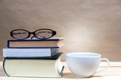 Στοίβα των βιβλίων με το φλυτζάνι καφέ Στοκ εικόνες με δικαίωμα ελεύθερης χρήσης
