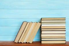 Στοίβα των ζωηρόχρωμων βιβλίων Βιβλία στον ξύλινο πίνακα Στοκ Εικόνες