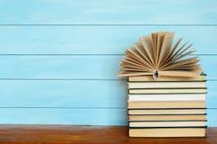 Στοίβα των ζωηρόχρωμων βιβλίων Βιβλία στον ξύλινο πίνακα Στοκ φωτογραφία με δικαίωμα ελεύθερης χρήσης
