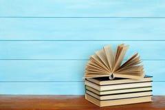 Στοίβα των ζωηρόχρωμων βιβλίων Βιβλία στον ξύλινο πίνακα Στοκ Εικόνα