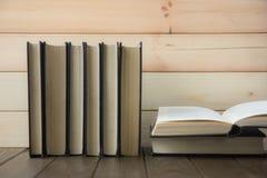 Στοίβα των ζωηρόχρωμων βιβλίων Υπόβαθρο εκπαίδευσης πίσω σχολείο Βιβλίο, ζωηρόχρωμα βιβλία βιβλίων με σκληρό εξώφυλλο στον πίνακα Στοκ Εικόνες