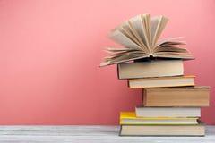 Στοίβα των ζωηρόχρωμων βιβλίων Υπόβαθρο εκπαίδευσης πίσω σχολείο Βιβλίο, ζωηρόχρωμα βιβλία βιβλίων με σκληρό εξώφυλλο στον ξύλινο στοκ φωτογραφίες