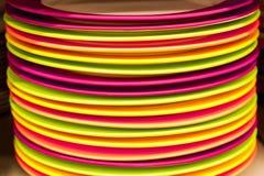Στοίβα των ζωηρόχρωμων πιάτων στοκ εικόνα