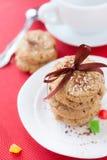Στοίβα των μπισκότων δημητριακών και ένα φλυτζάνι του τσαγιού Στοκ Εικόνες