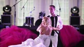 Στοιχεία ενός χαριτωμένου γαμήλιου χορού στη δεξίωση γάμου απόθεμα βίντεο