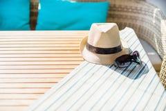 Στοιχεία παραλιών με το καπέλο αχύρου Στοκ Φωτογραφίες