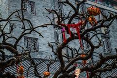 Στοιχεία που ταλαντεύουν από ένα διακοσμημένο δέντρο σε έναν ναό στο Πεκίνο, Κίνα Στοκ Εικόνες