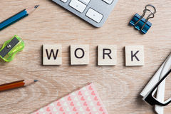 Στοιχεία του παιχνιδιού με τις επιστολές που συλλαβίζουν τις επιχειρησιακές λέξεις κλειδιά στον εργασιακό χώρο Στοκ Εικόνα
