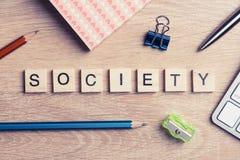Στοιχεία του παιχνιδιού με τις επιστολές που συλλαβίζουν τις επιχειρησιακές λέξεις κλειδιά στην εργασία Στοκ Φωτογραφίες