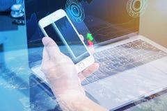 Στοιχεία χρηματιστηρίου ελέγχου υπολογιστών χρήσης επιχειρησιακών ατόμων Στοκ εικόνα με δικαίωμα ελεύθερης χρήσης