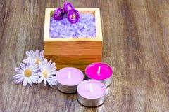 Στοιχεία Aromatherapy στο ξύλινο υπόβαθρο Στοκ Φωτογραφίες