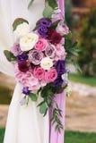 Στοιχείο αψίδων με τα λουλούδια για τις γαμήλιες διακοσμήσεις Στοκ Φωτογραφίες