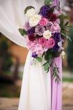 Στοιχείο αψίδων με τα λουλούδια για τις γαμήλιες διακοσμήσεις Στοκ Φωτογραφία