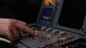 Στοιχείο ελέγχου αυτόματων πιλότων ενός επιβατηγού αεροσκάφους Η επιτροπή ανάβει μια γέφυρα πτήσης αεροσκαφών Μοχλοί ώθησης ενός  Στοκ Εικόνες