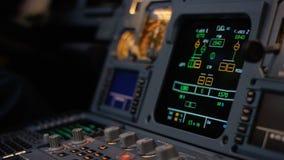 Στοιχείο ελέγχου αυτόματων πιλότων ενός επιβατηγού αεροσκάφους Η επιτροπή ανάβει μια γέφυρα πτήσης αεροσκαφών Μοχλοί ώθησης ενός  Στοκ Φωτογραφία