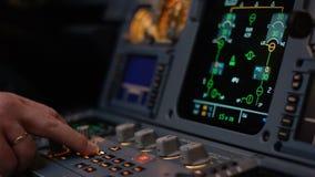 Στοιχείο ελέγχου αυτόματων πιλότων ενός επιβατηγού αεροσκάφους Η επιτροπή ανάβει μια γέφυρα πτήσης αεροσκαφών Μοχλοί ώθησης ενός  Στοκ εικόνα με δικαίωμα ελεύθερης χρήσης