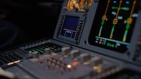Στοιχείο ελέγχου αυτόματων πιλότων ενός επιβατηγού αεροσκάφους Η επιτροπή ανάβει μια γέφυρα πτήσης αεροσκαφών Μοχλοί ώθησης ενός  Στοκ φωτογραφίες με δικαίωμα ελεύθερης χρήσης