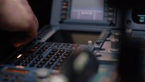 Στοιχείο ελέγχου αυτόματων πιλότων ενός επιβατηγού αεροσκάφους Η επιτροπή ανάβει μια γέφυρα πτήσης αεροσκαφών Μοχλοί ώθησης ενός  Στοκ Φωτογραφίες