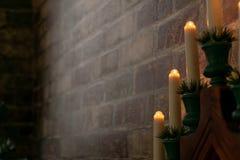 Στοιχείο της εσωτερικής διακόσμησης του σπιτιού Ντεκόρ Χριστουγέννων - ηλεκτρικά κεριά κοντά στο τουβλότοιχο στοκ φωτογραφίες με δικαίωμα ελεύθερης χρήσης