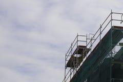 Στοιχείο υλικών σκαλωσιάς μπλε ουρανός ανασκόπησης Έννοια κατασκευής και αναδημιουργίας Στοκ Εικόνες