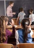 στοιχειώδης μπροστινός αρσενικός δάσκαλος μαθητών ηλικίας Στοκ εικόνα με δικαίωμα ελεύθερης χρήσης